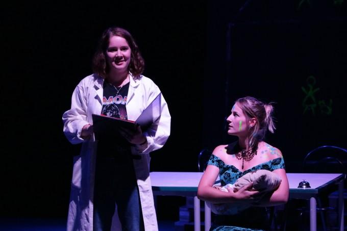 Alice im Anderland - Ärztin 2 und Herzogin mit Kissbert im Arm