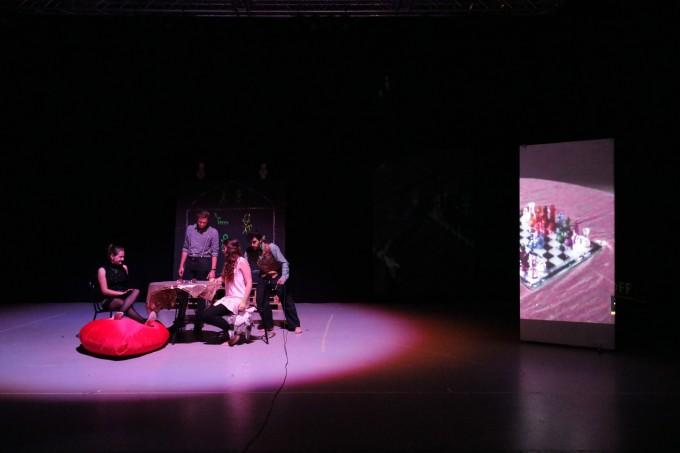 Alice im Anderland - Schachspiel mit Filmprojektion